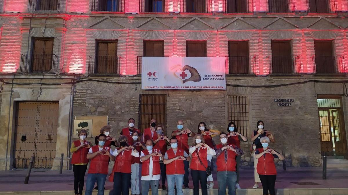 Voluntarios de Cruz Roja delante del Ayuntamiento de Baena.