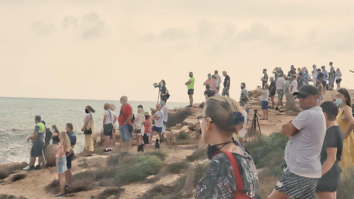 Docenas de personas siguen en las calas el despliegue de búsqueda del cuerpo