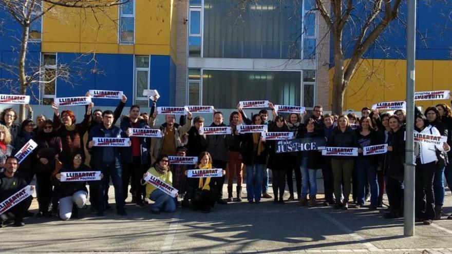 Treballadors de l'Institut Olivar Gran fan públic un manifest a favor de la vaga general