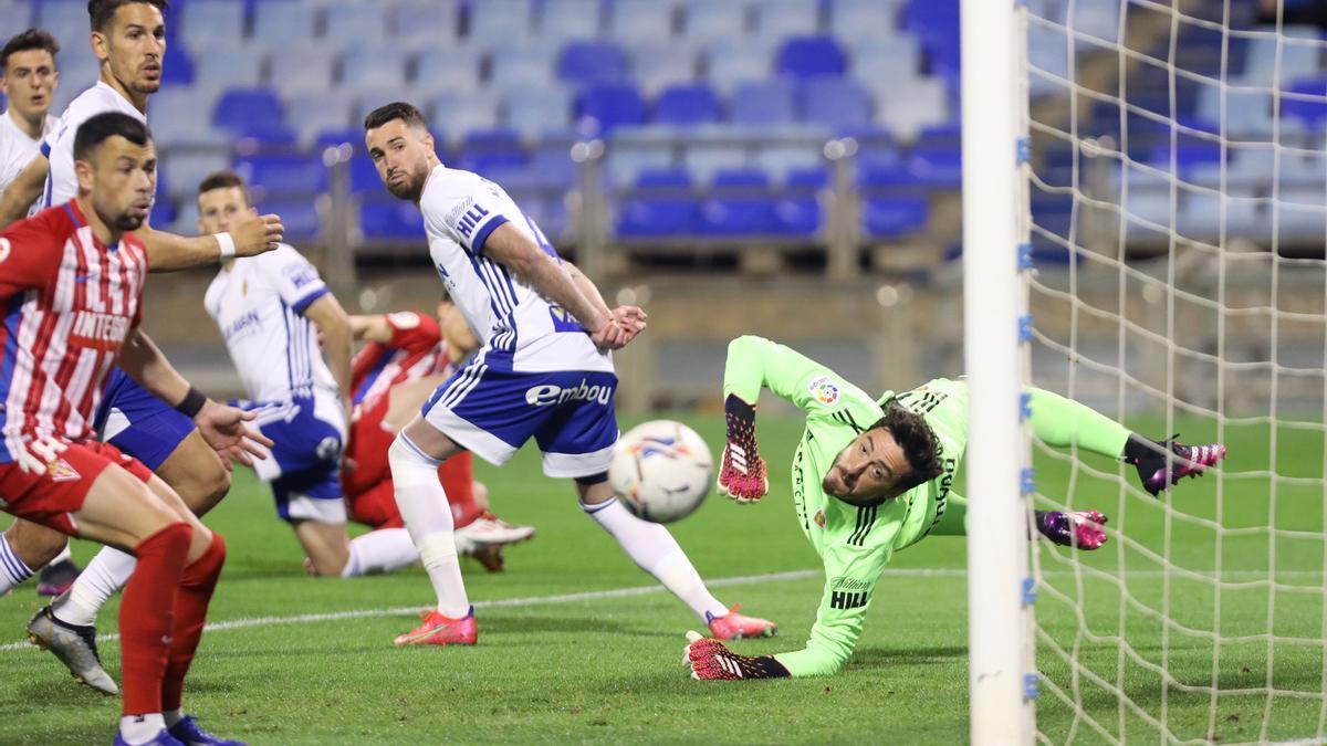 Cristian despeja el tiro de Djuka durante el partido de ayer.