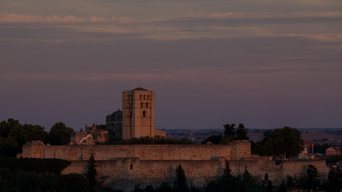 Vista general del Castillo de Zamora en un atardecer.