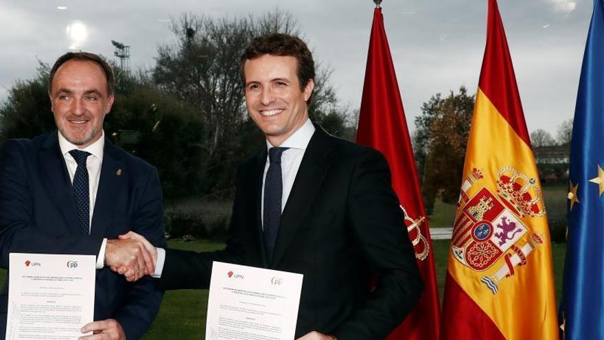 Los líderes de UPN y del PP, Javier Esparza (i) y Pablo Casado.