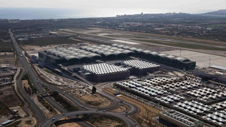 Fomento trabaja con dos proyectos para construir la segunda pista del aeropuerto de Alicante