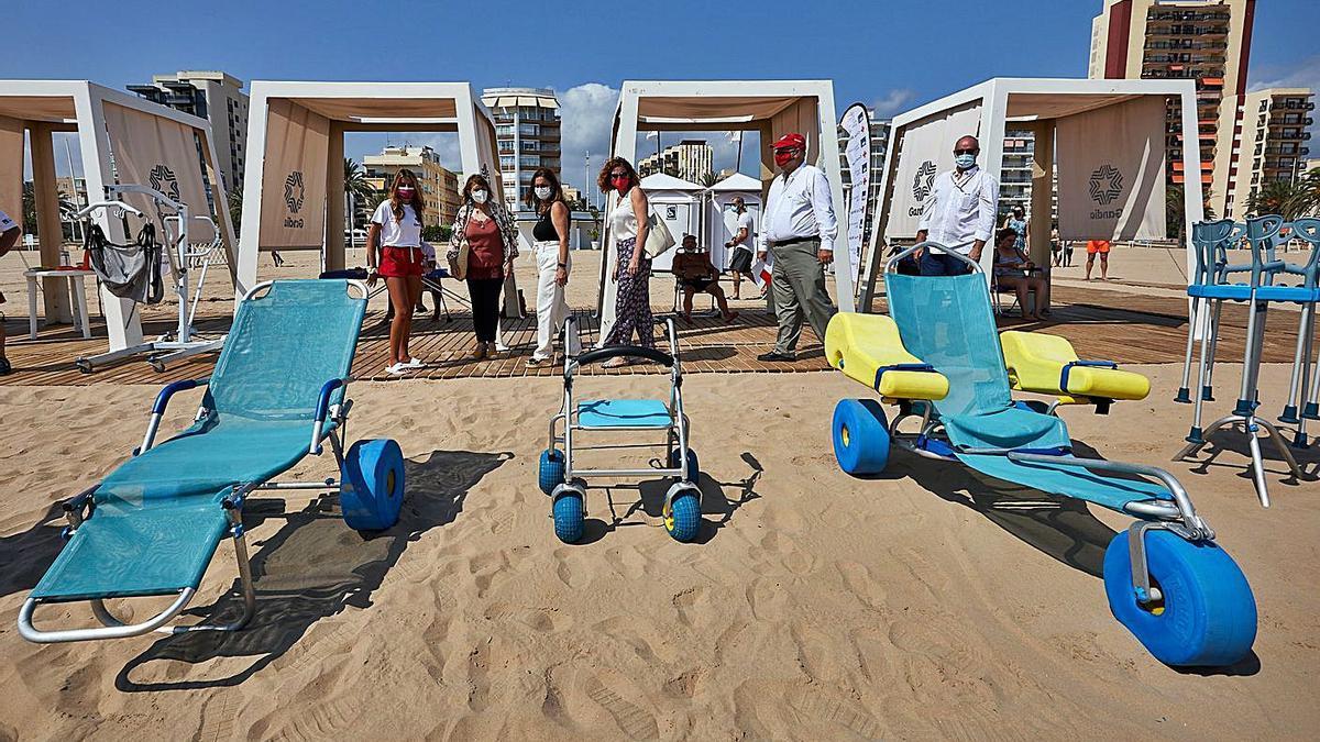 El punto de baño adaptado montado por la Cruz Roja y la Fundación AXA en la playa de Gandia.           | NATXO FRANCÉS