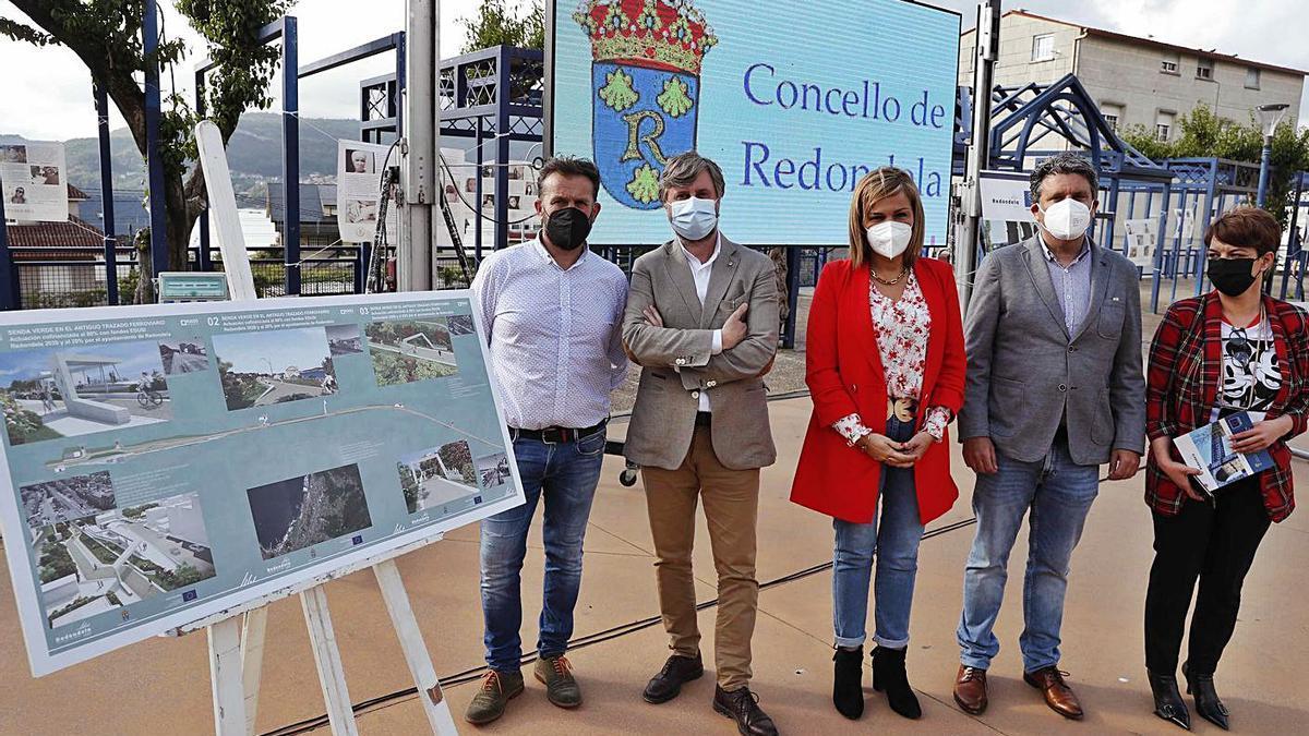 La alcaldesa Digna Rivas, en el centro entre Miguel Porras (2ºi) y Javier Germade, con los ediles María Castro e Ignacio González, ayer, en la presentación de la senda verde en la Alameda de Chapela. |   // PABLO HERNÁNDEZ
