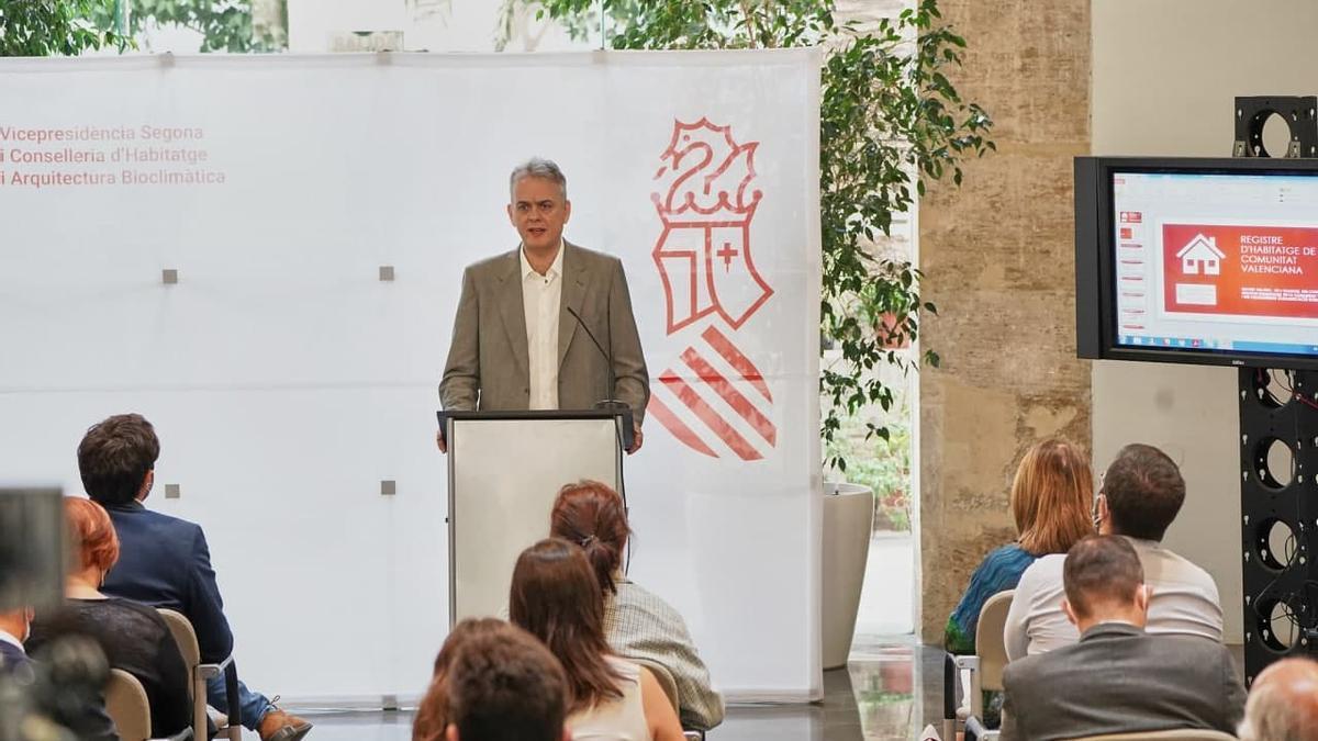 El vicepresidente segundo del Consell, Héctor Illueca en la presentación del nuevo registro de vivienda.