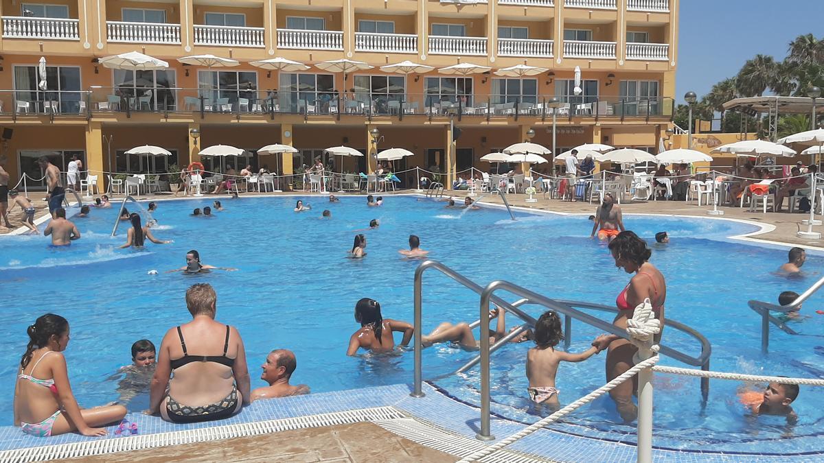Turistas disfrutando de la piscina en un hotel de Peñíscola.