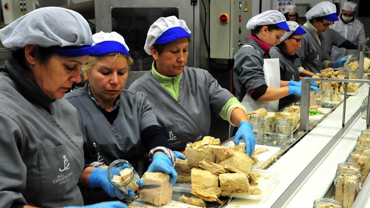 Mujeres trabajando en una fábrica de conservas.