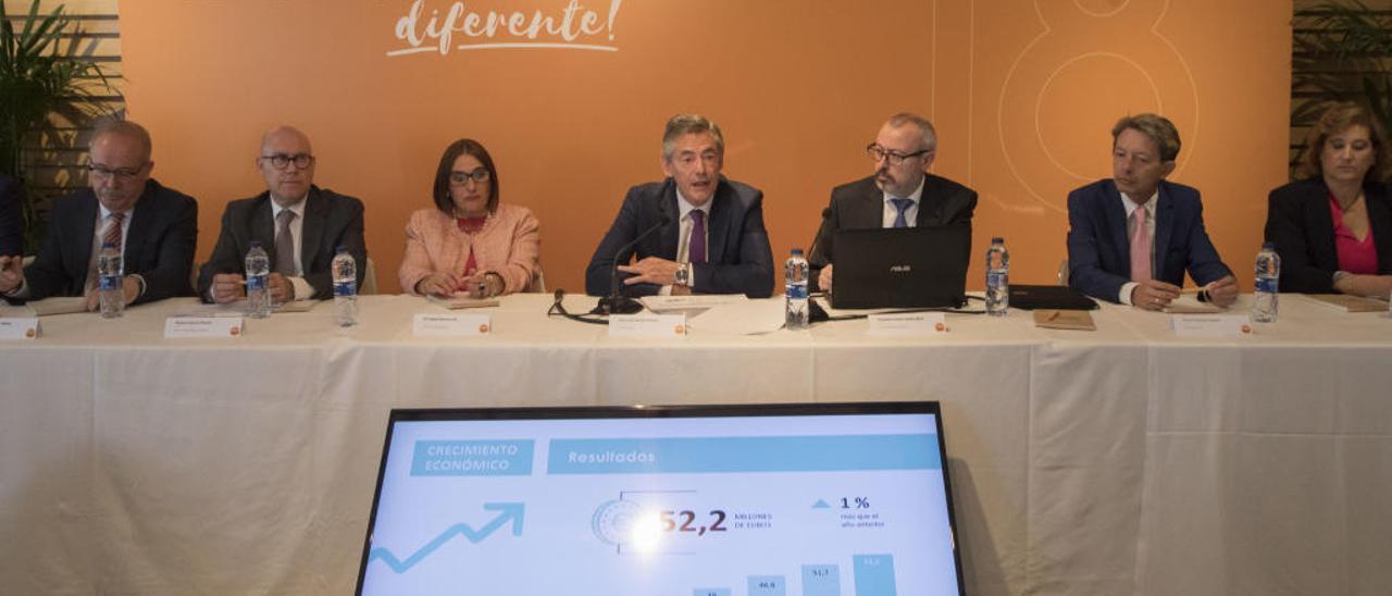 Juan Luis Durich, en el centro, en un momento de su intervención de ayer.