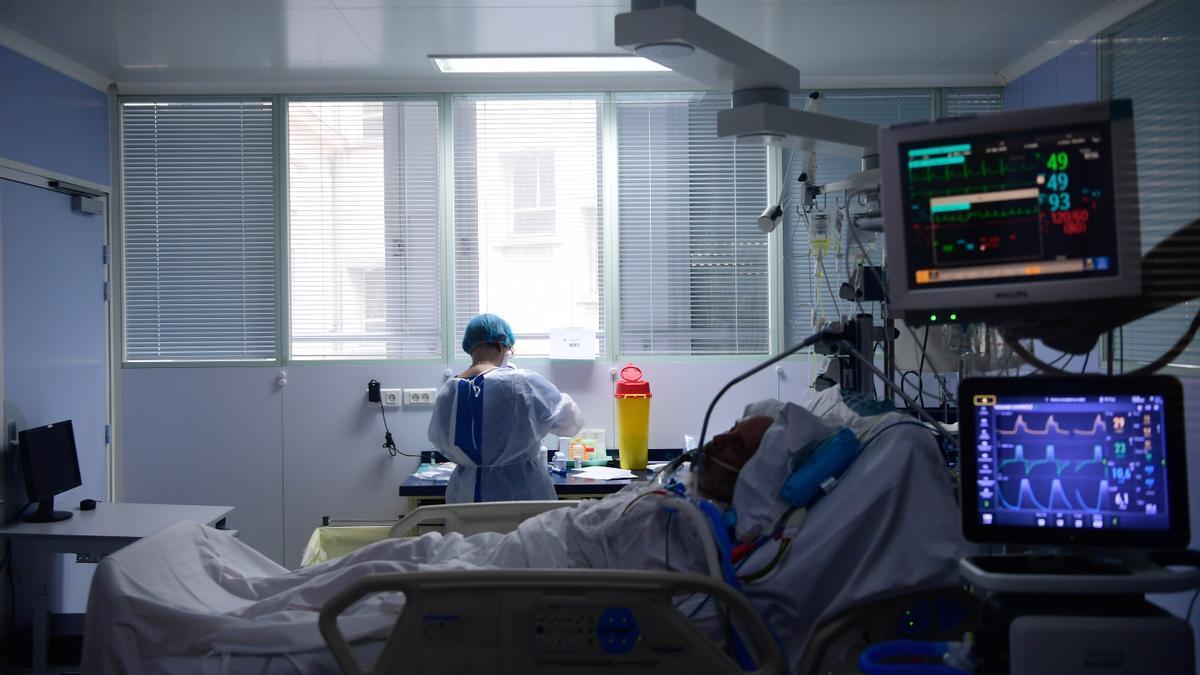 Un paciente ingresado en una UCI como consecuencia de una infección por SARS-CoV-2.