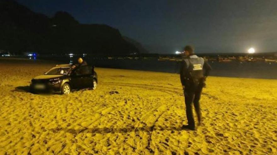 Aparece un coche en plena arena de la playa de Las Teresitas