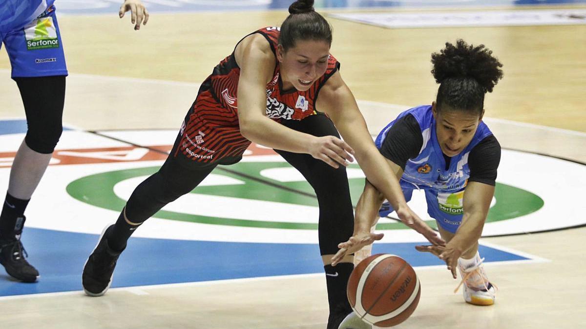 María Araújo lluita per una pilota durant l'Uni-Bembibre de divendres; la jugadora gallega ha marxat amb la selecció espanyola.