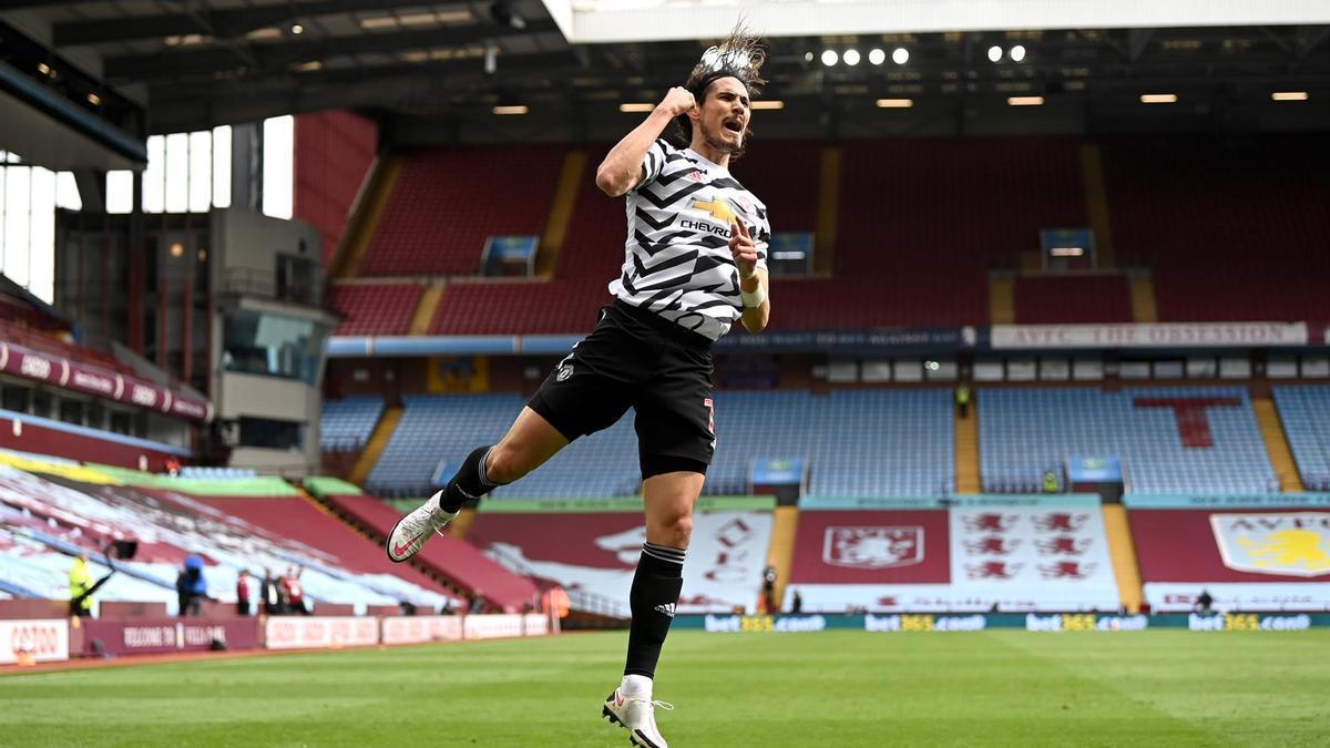 Edinson Cavani celebrando un gol del Manchester United contra el Aston Villa