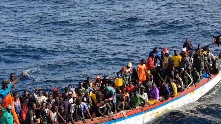 Salvamento rescata un cayuco con 8 ocupantes casi en tierra en Gran Canaria