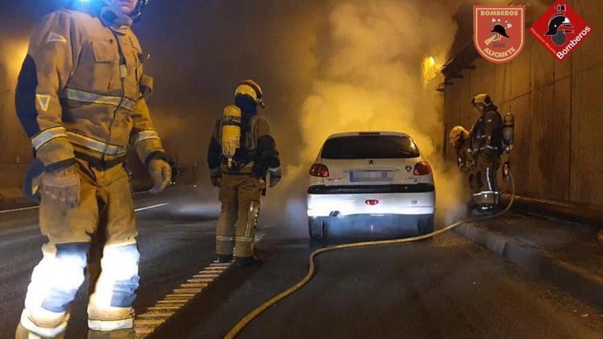 Retenciones kilométricas por el incendio de un vehículo en el túnel de Sant Joan