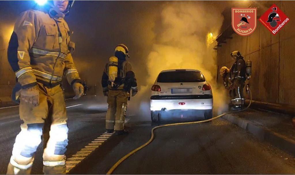 Galería: El incendio de un vehículo en el túnel de Sant Joan causa retenciones kilométricas