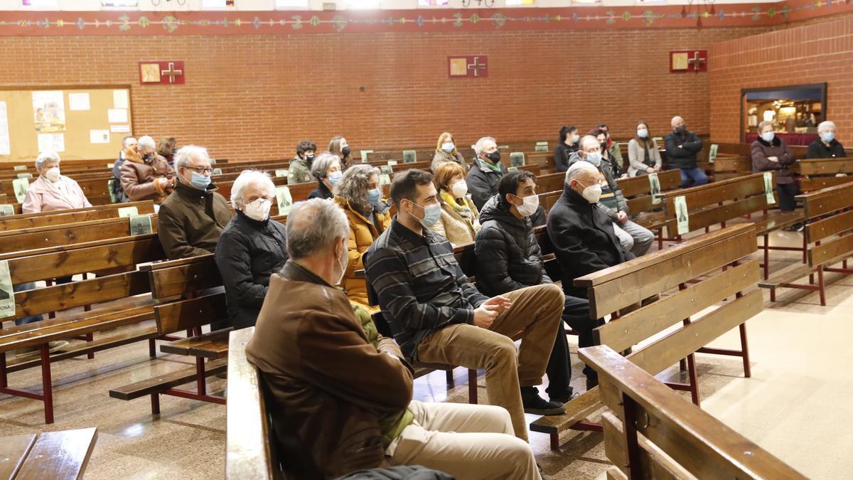 Asistentes al funeral en San Nicolás de Bari.