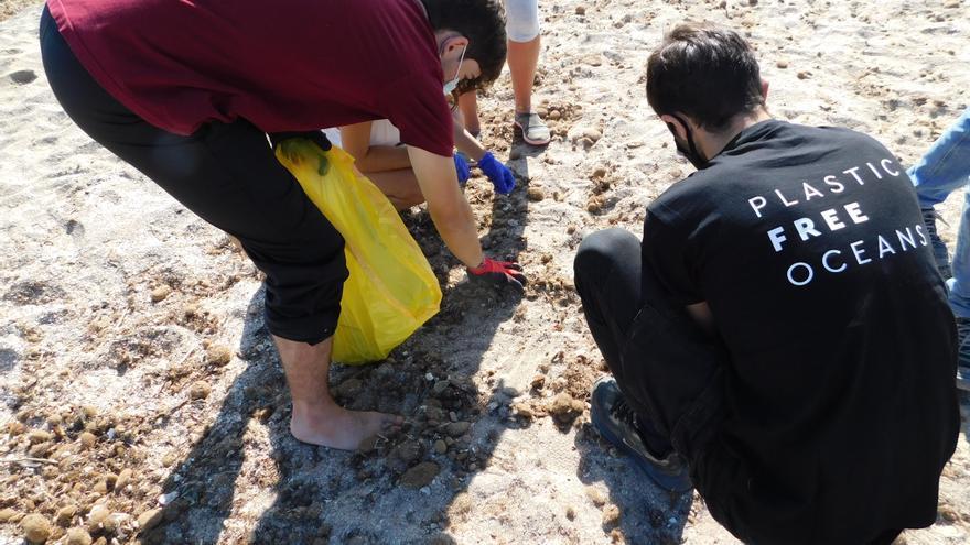 Voluntarios de la UA recogen 22 kilos de basura de la playa