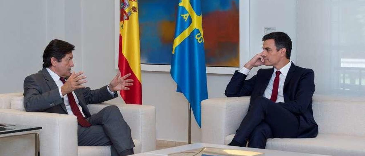 Javier Fernández y Pedro Sánchez, durante su encuentro del miércoles en la Moncloa.