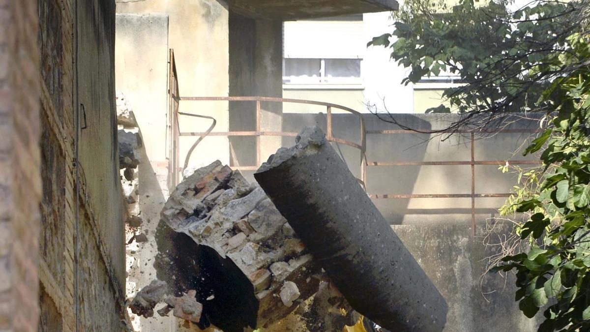El alcalde José Ballesta observa cómo cae a pedazos el muro de la Cárcel Vieja.