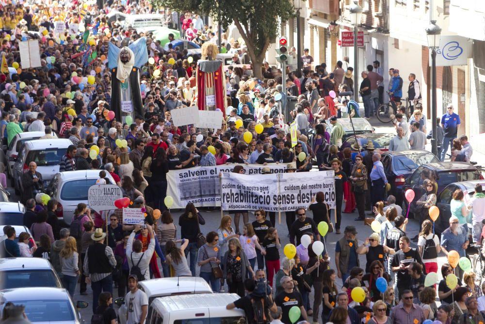 2014. Multitudinaria manifestación por la calle de la Reina, en el Cabanyal, contra la prolongación. Marga Ferrer