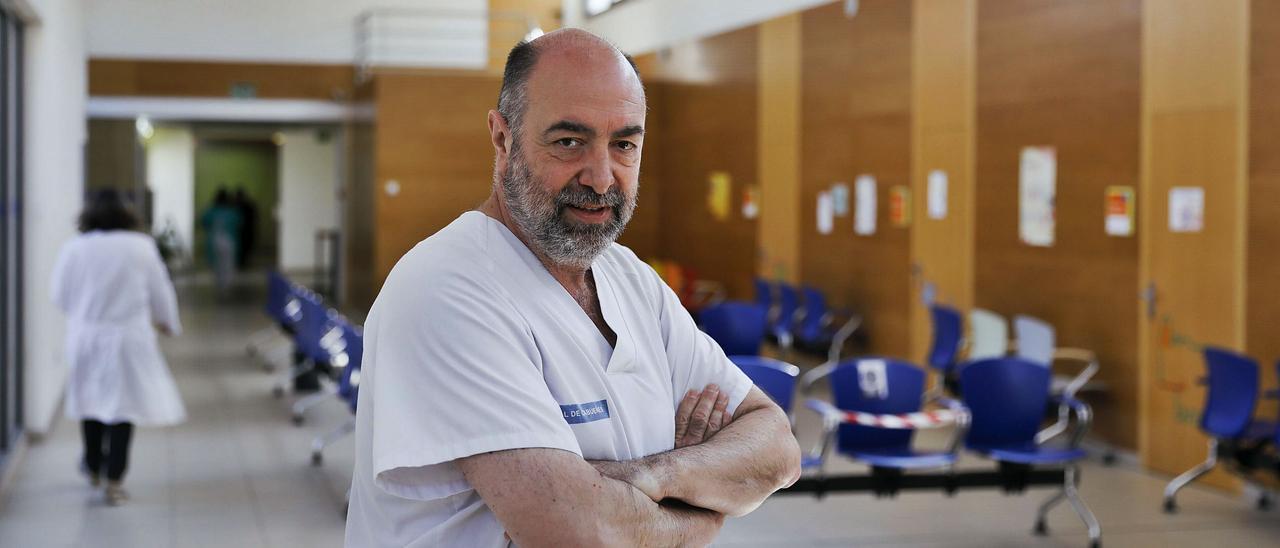 El médico de familia  Enrique Cimas, ayer,  en una sala de espera  de su centro de salud  de Contrueces,  en Gijón. | Marcos León