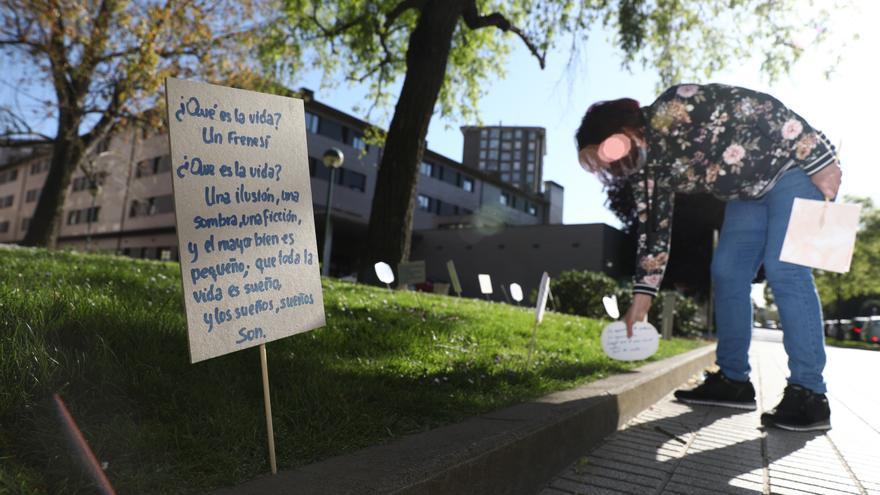 El Polígono llena sus parques de carteles con poemas