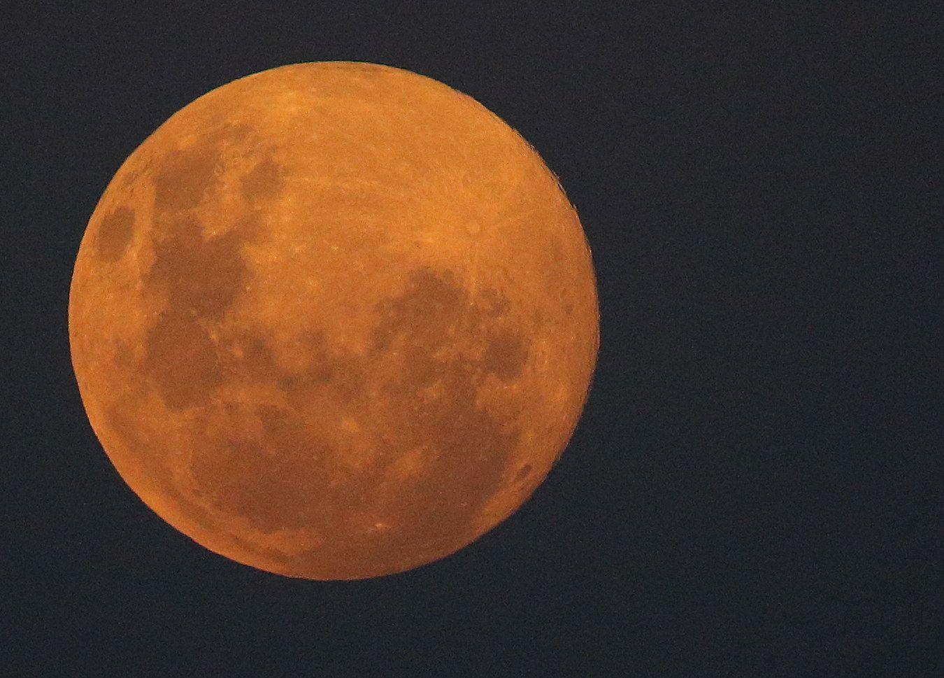 Super full moon seen (109387712).jpg