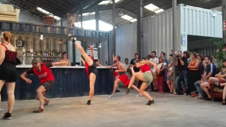 La bailarina Ana Luján ofrece un espectáculo «vertebrado» en el Cabanyal