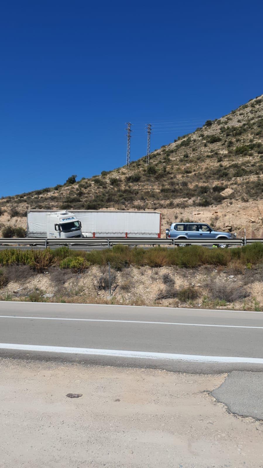 Un camión accidentado provoca 7 kilómetros de retenciones en la A-31 entre Elda y Novelda