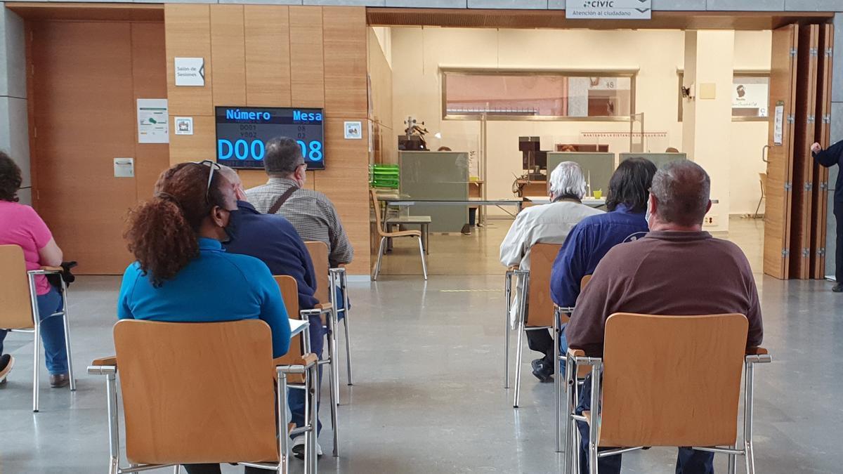 Varias personas esperan su turno para realizar trámites en la oficina de atención ciudadana Civic de San Vicente.