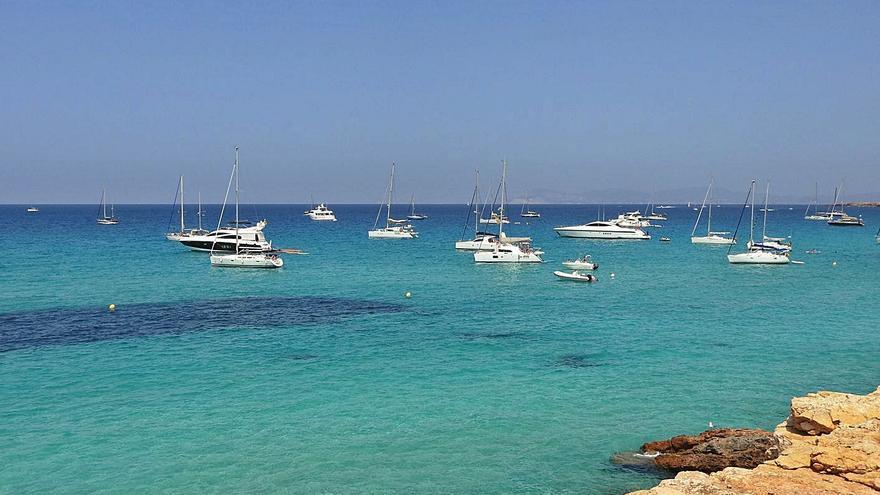 Más de 500 barcos fondean en un día de verano en Formentera