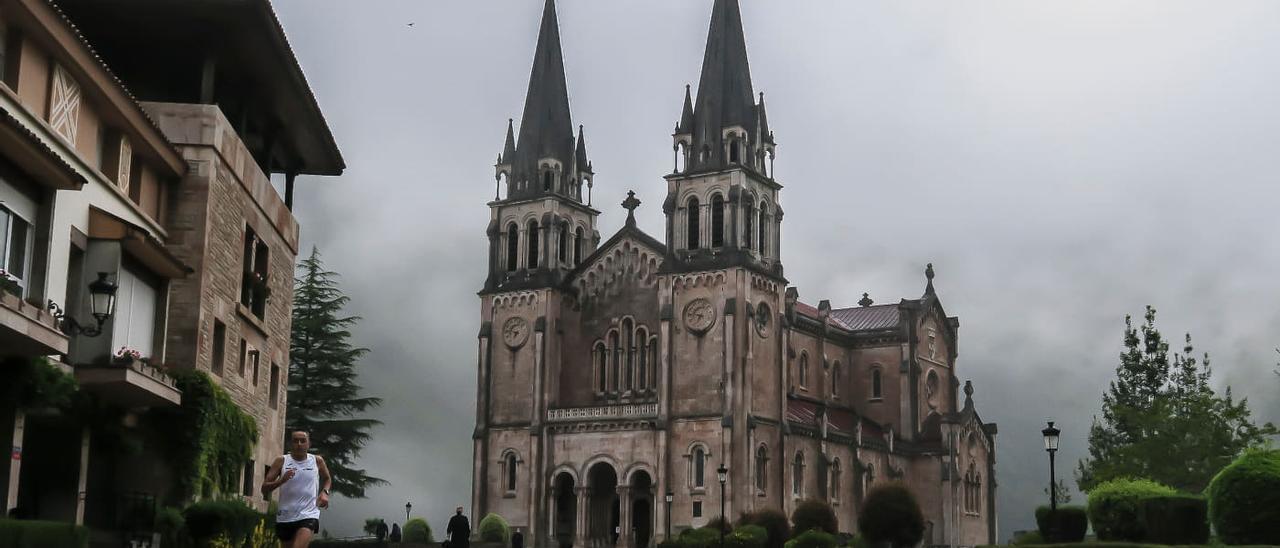 Emilio Prada, a la altura de la explanada de la basílica de Covadonga, regresando hacia Cangas de Onís, este último sábado de mayo.