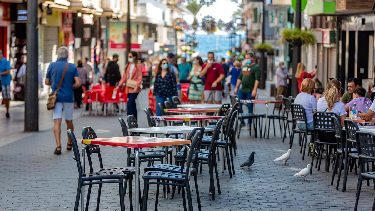 Imagen reciente de una zona de Benidorm de cafeterías con terrazas en la calle.