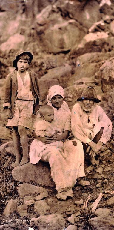 Los isleños, una joya de la fotografía en Canarias realizada por el noruego empleando el procedimiento de la albúmina en 1893 es uno de los principales retratos que se conocen de la Isla. Fue tomada en Hoya de Pineda (Gáldar).