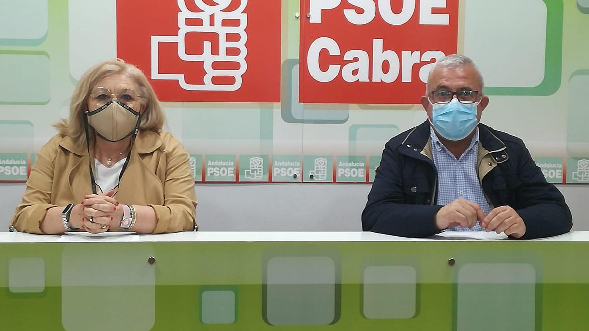 Los concejales socialistas de Cabra Toñi Ruiz y Antonio J. Caballero.