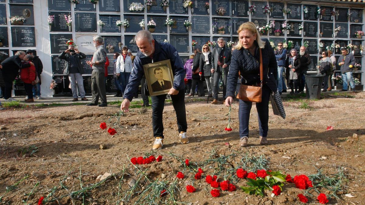 Homenaje a los represaliados del franquismo en el cementerio de la Salud.