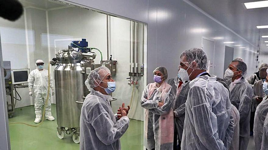Pedro Sánchez visita la farmacèutica HIPRA