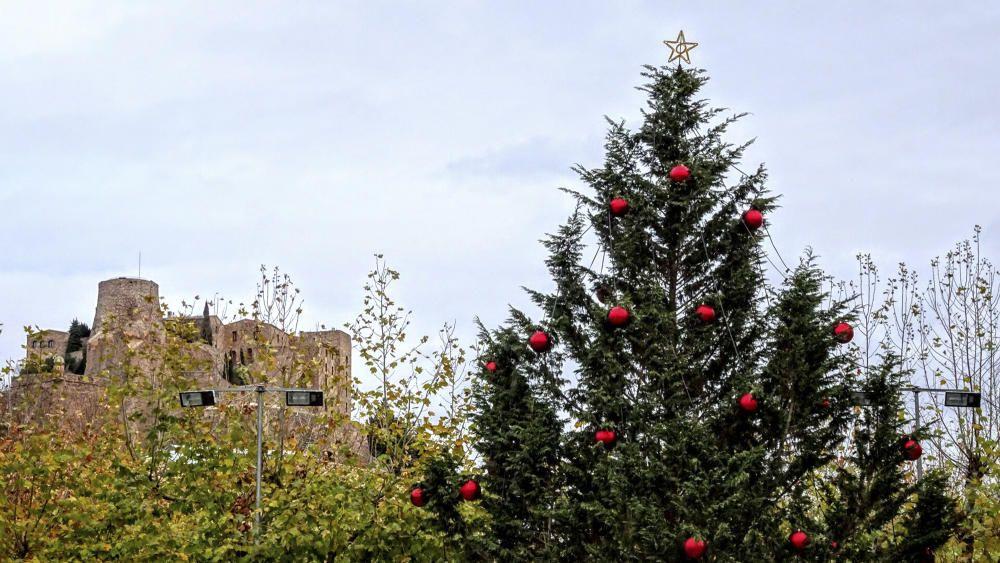 Cardona ben decorada de Nadal, amb el castell de fons.