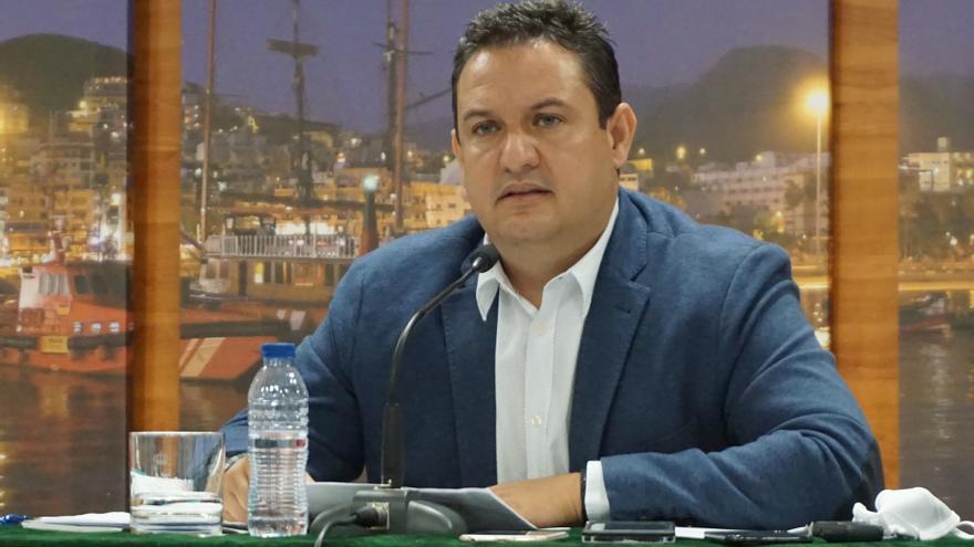 El PSOE readmite a Mena, alcalde de Arona