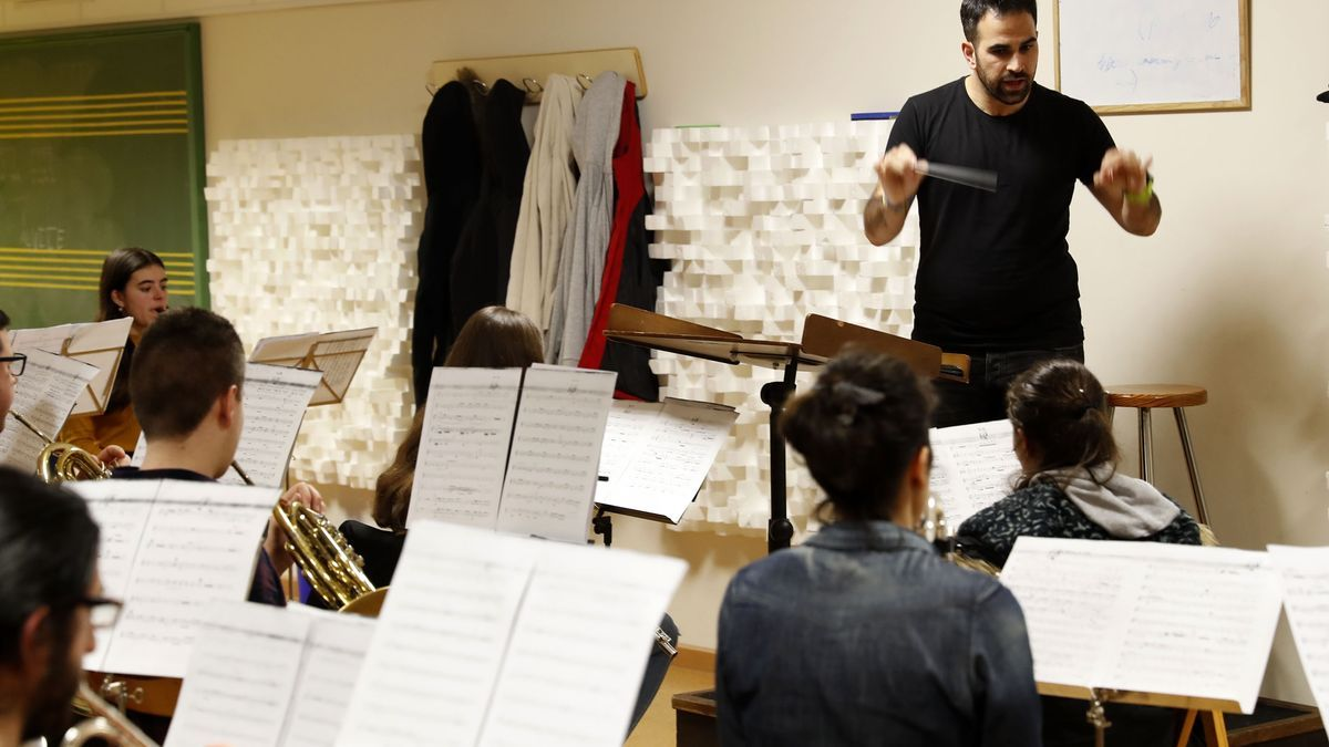 El director de la Banda de Música de Chapela, Andrés Álvarez, dirige un ensayo en la Escola de Música. / José Lores