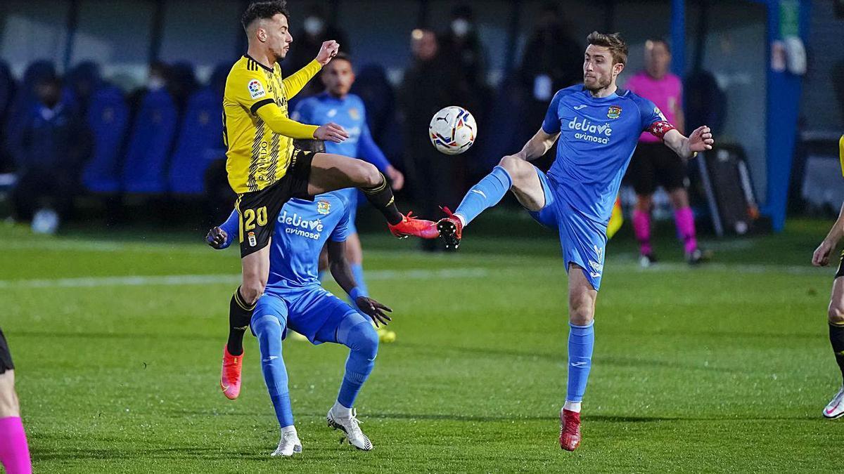 Tejera e Iribas luchan por el control del balón.   LOF