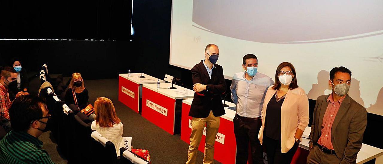 De pie, Juan Carlos Guerrero, Ígor Botamino, María Martínez y Adrián Polo, antes del inicio del acto de entrega de diplomas a los alumnos formados en conocimientos tecnológicos.