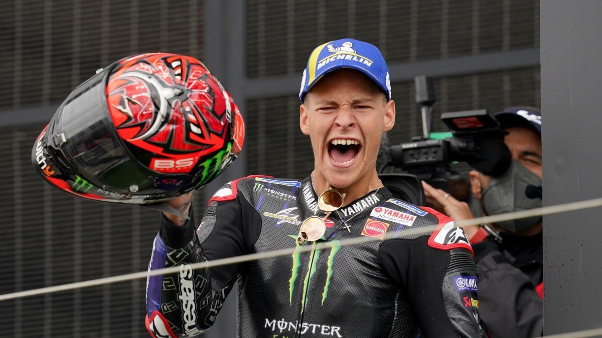Quartararo, feliz en el podio tras vencer en Silverstone.