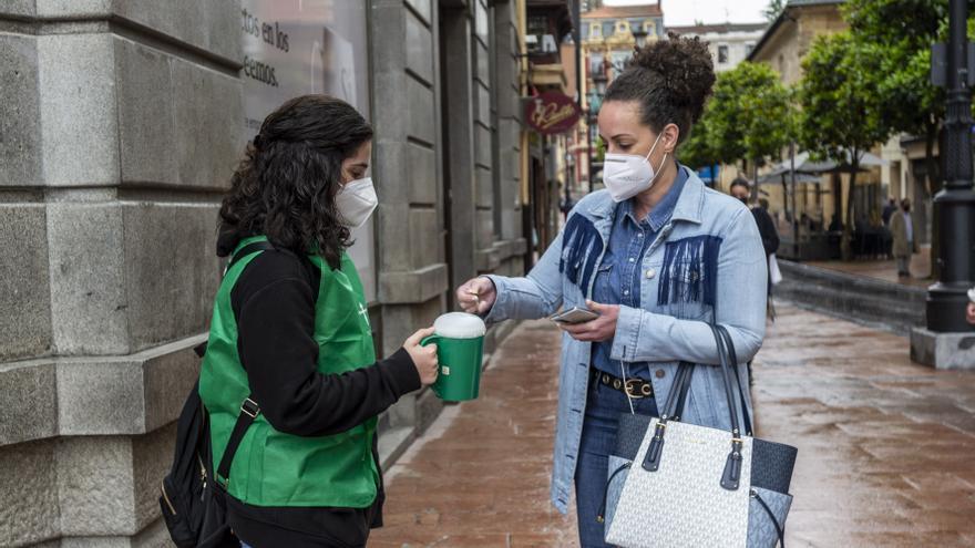Oviedo lucha contra el cáncer, euro a euro: 110 voluntarios recaudan fondos por la ciudad