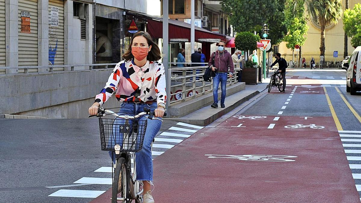 The mayor of Sustainable Mobility, Esther Díez, in the bike path of José María Buck street.     MATÍAS SEGARRA