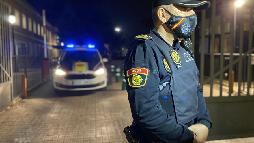 Un agente de la Unidad de Convivencia y Seguridad (UCOS) durante la primera noche del toque de queda.