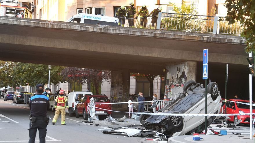 Espectacular accidente en A Coruña con un coche precipitado de un viaducto
