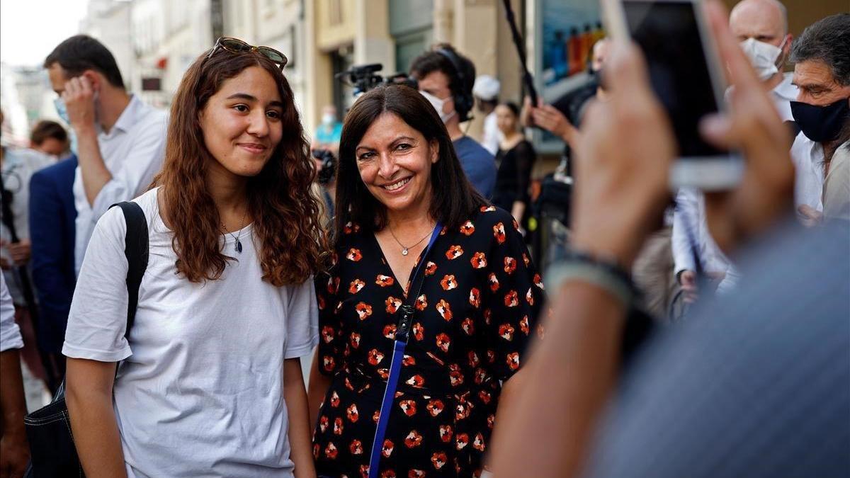 La alcaldesa de París, en apuros por defender a su exconsejero cultural, investigado por violación