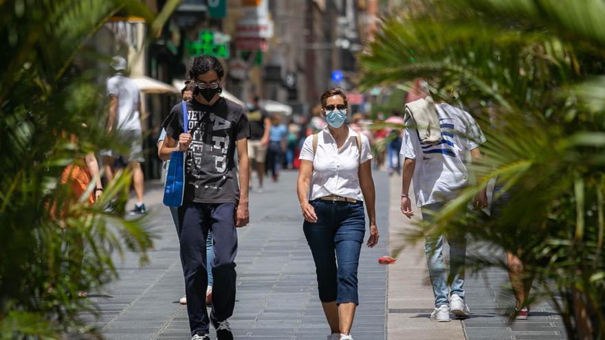 Los fallecimientos por Covid se reducen un 63% en Canarias tras cinco meses de vacunación